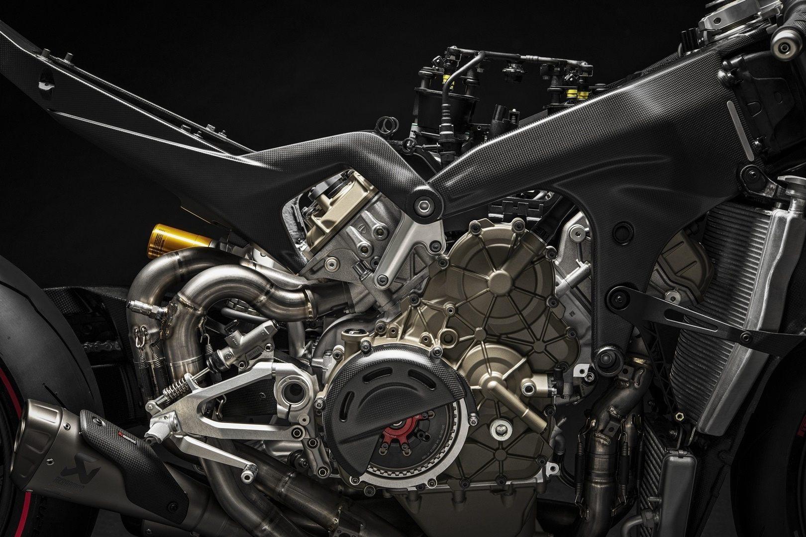 16 Ducati Superleggera V4 UC145972 Mid