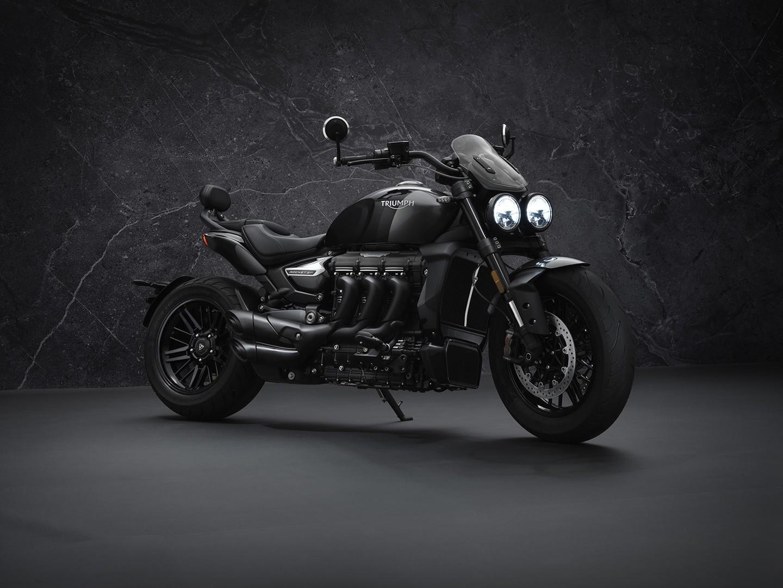 Triumph Rocket 3 R Black y GT Triple Black, las power cruiser se vuelven oscuras