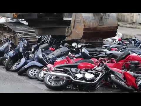Sufrir es ver cómo en Filipinas destruyen más de 100 motocicletas