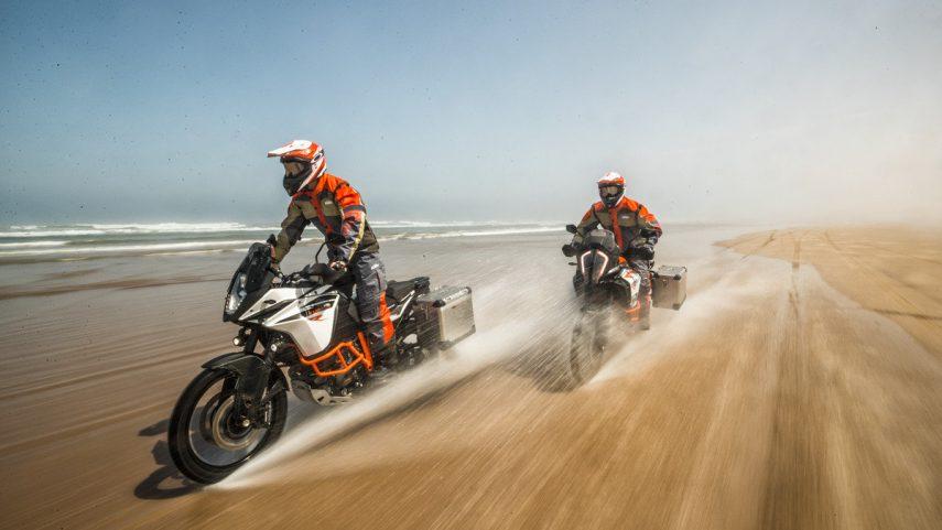 """KTM busca nuevos """"pilotos"""" para sus bicilíndricas LC8 V-Twin"""