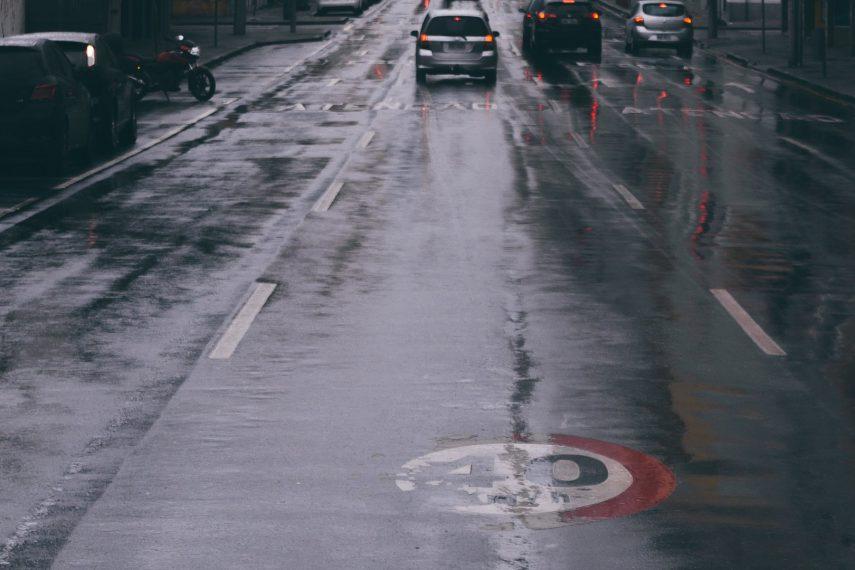 Si resbalo con la moto en lluvia, ¿me cubre el seguro?