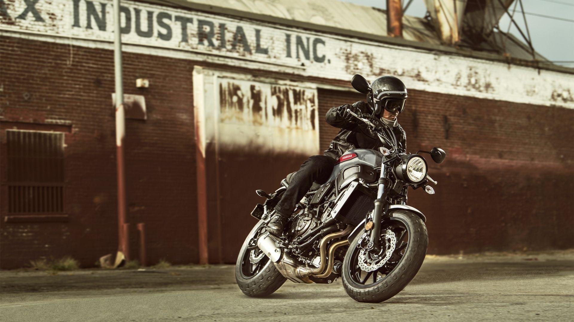 2019 Yamaha XS700 EU Matt Grey Action 001 03