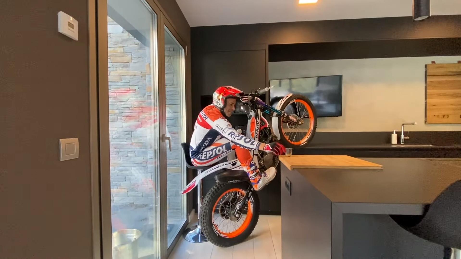 Toni Bou guarda cuarentena, pero entrena dentro de casa ¡con la moto!
