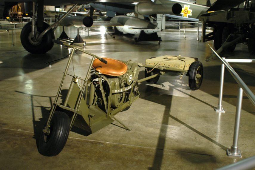Moto del día: Cushman 53 Airborne Scooter