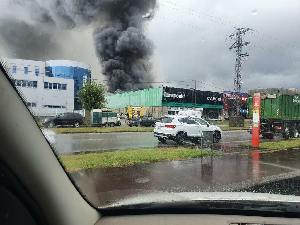 Un incendio destruye el concesionario Ovimoto de Kawasaki en Llanera