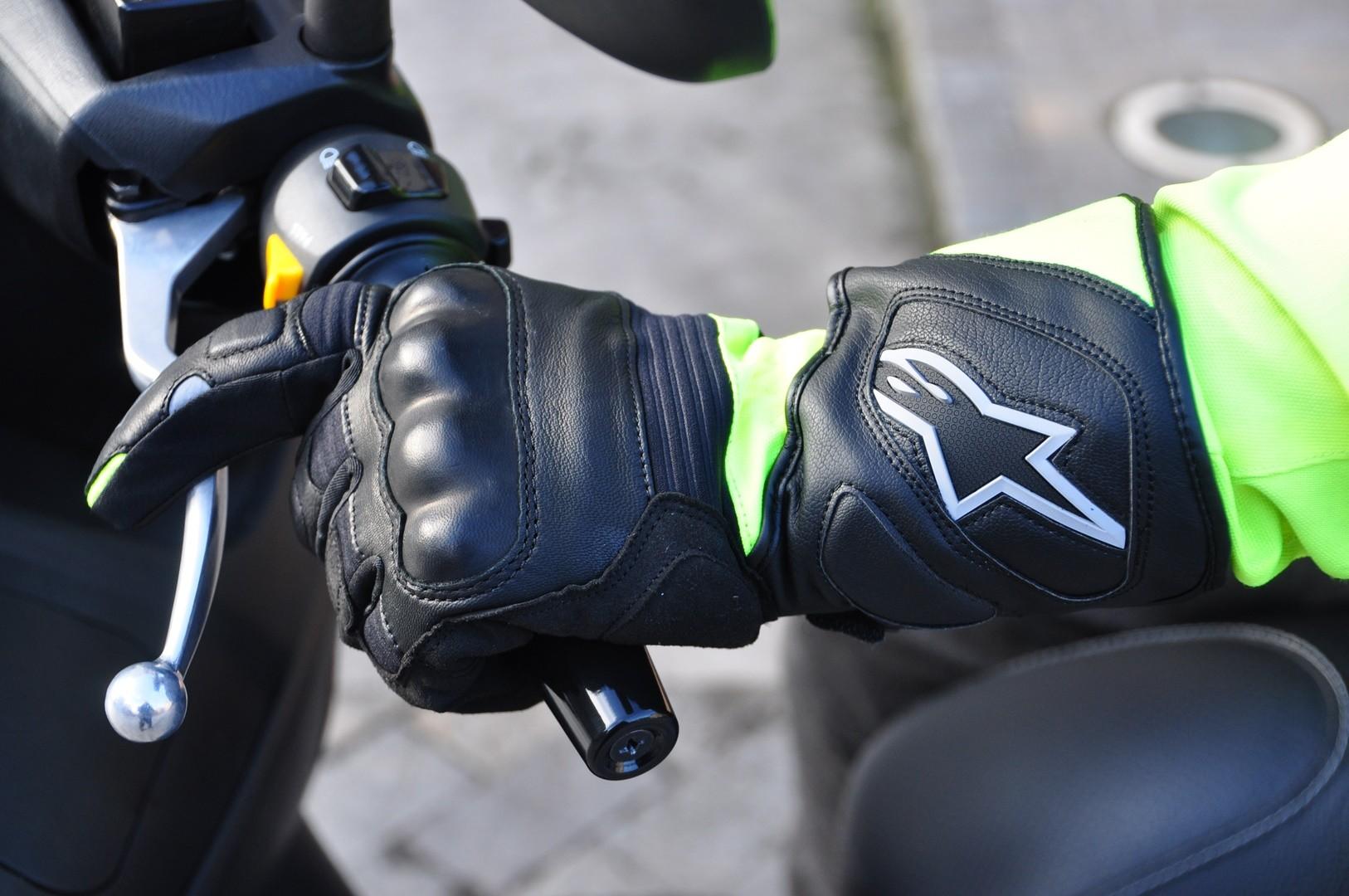 Guantes de moto homologados: cómo son y qué pruebas pasan