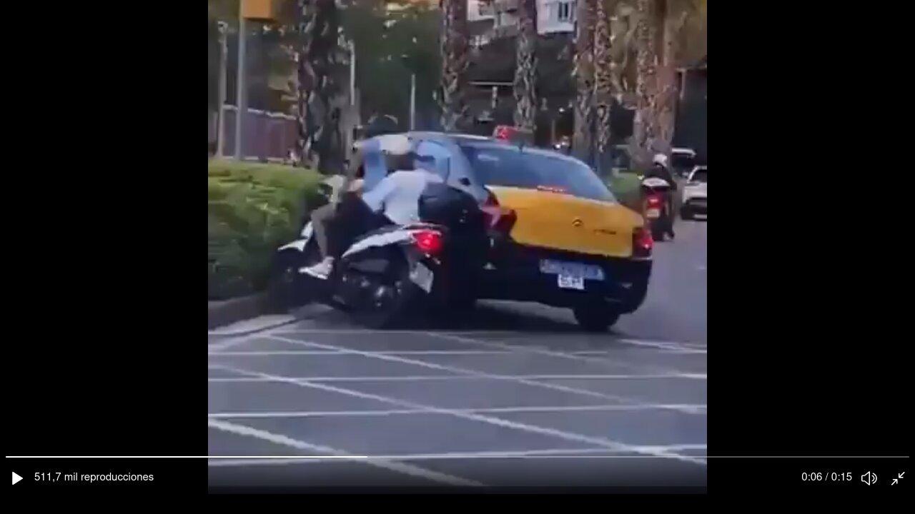 El taxista que arrolló a una moto en Barcelona ya ha sido identificado, y será denunciado